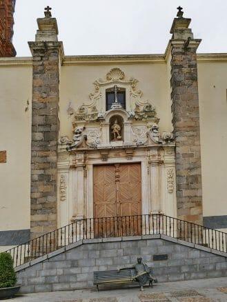 Portal der Kirche San Miguel Arcángel an der Plaza España
