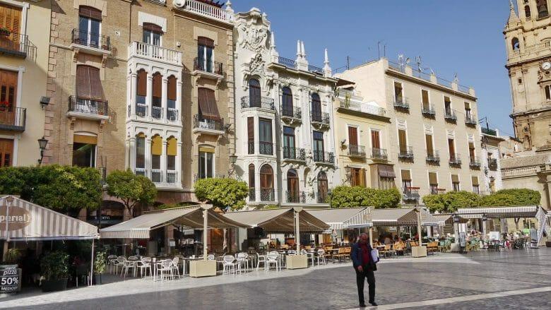 Straßencafés auf der Plaza del Cardenal Belluga