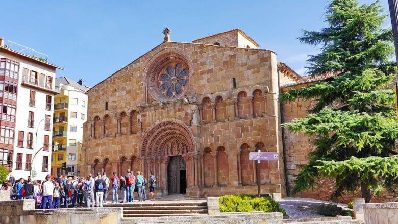 Besuchergruppe vor der Kirche Santo Domingo (12. Jh.) in Soria