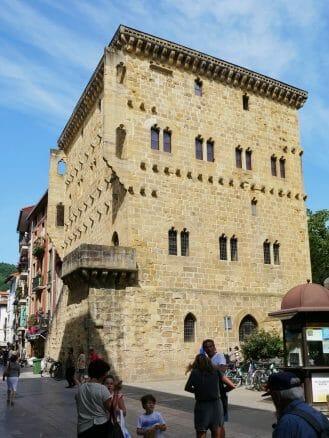 Das gotische Turmhaus Torre Luzea (15. Jh.) in Zarautz
