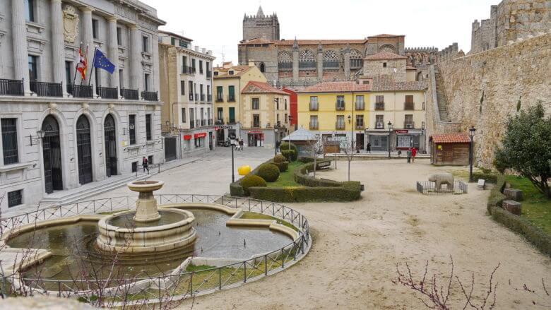 Platz vor der Kathedrale von Ávila mit der Stadtmauer