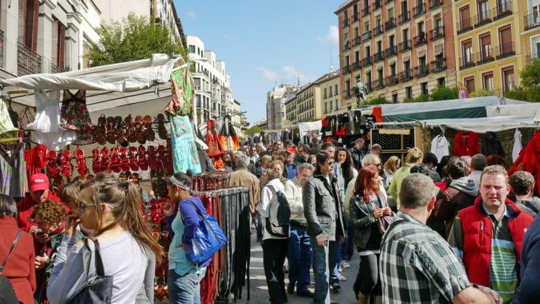 Auf dem ältesten Flohmarkt in Madrid werden jeden Sonntag Vormittag Antiquitäten, Möbel und Kleidung verkauft.