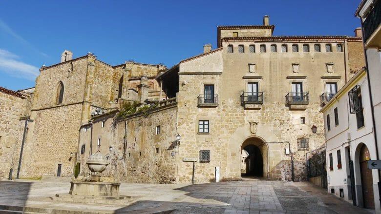 Die Plaza de San Vicente Ferrer in der Altstadt von Plasencia