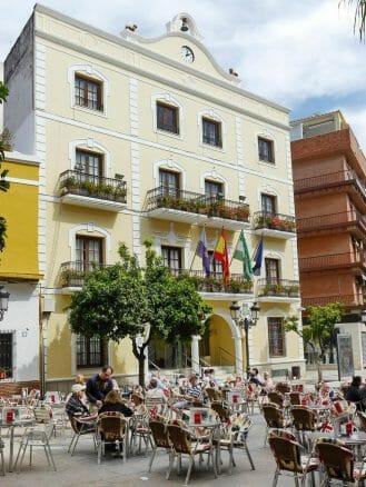 Plaza de la Constitución mit dem Rathaus von Almuñécar