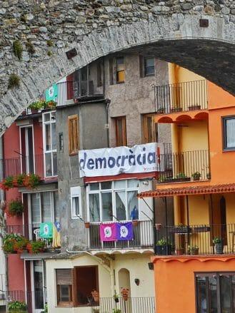 Im Herbst 2017 wurde in allen katalanischen Städten die Forderung nach einer Volksabstimmung über die Unabhängigkeit deutlich gemacht