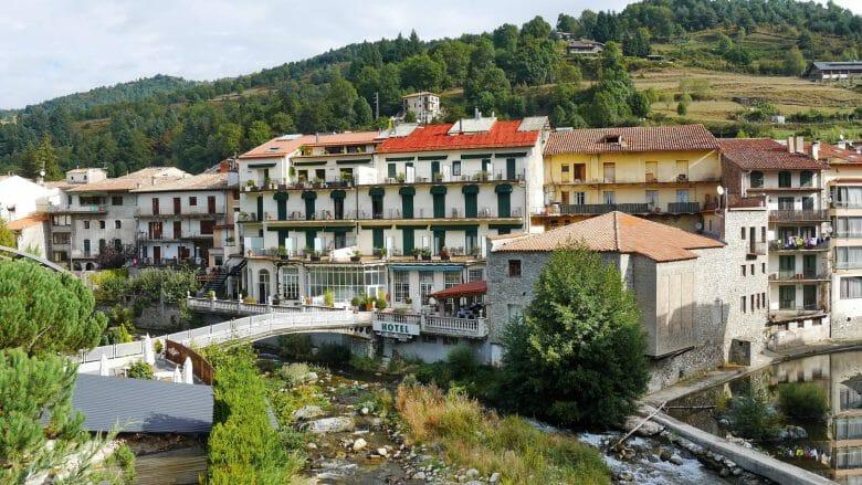 Das historische Hotel de Camprodon am Ufer der Flusses Ter