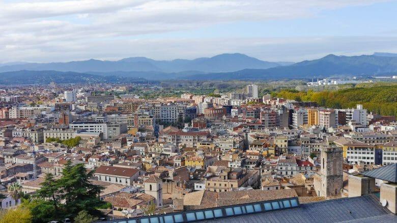 Blick von der Stadtmauer über Girona