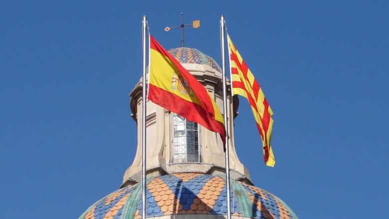Noch in Eintracht vereint, die Fahnen von Spanien und Katalonien auf dem Palau de la Generalitat in Barcelona