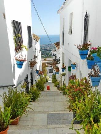 Typische Gasse in Mijas im Blick auf die Costa del Sol im Hintergrund