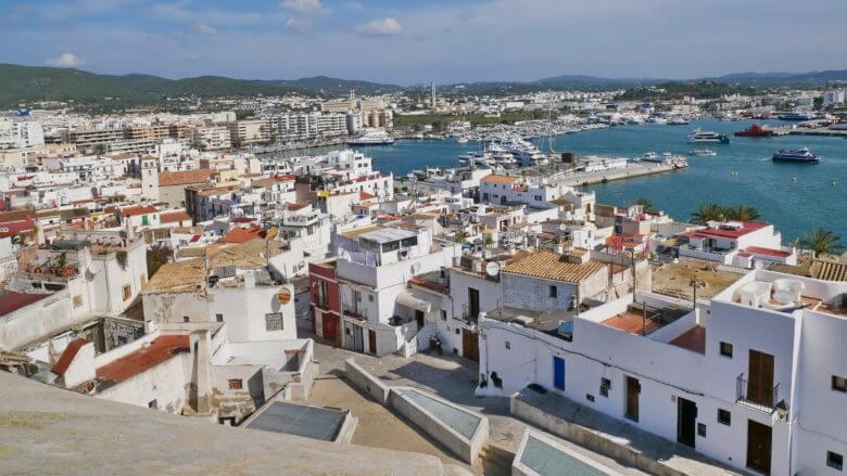 Blick vom Baluard de Santa Llúcia auf den Hafen von Eivissa
