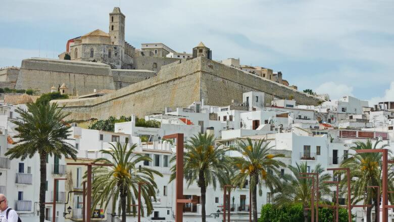 Die Kathedrale von Eivissa überragt die Altstadt Dalt Vila