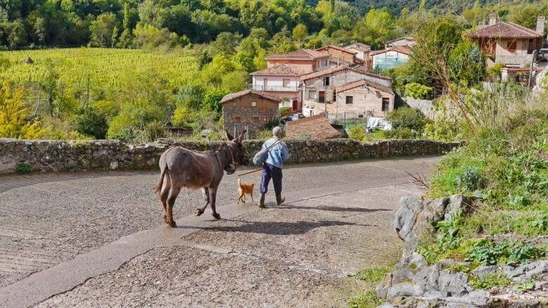 Ländliche Szene in der La Rioja vor dem Dorf Anguiano