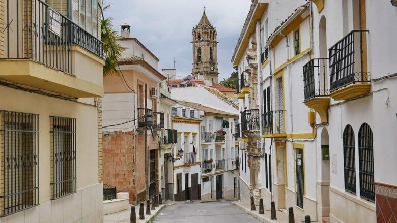 Der Turm der Kirche Nuestra Señora de la Asunción y Ángeles über der Altstadt von Cabra