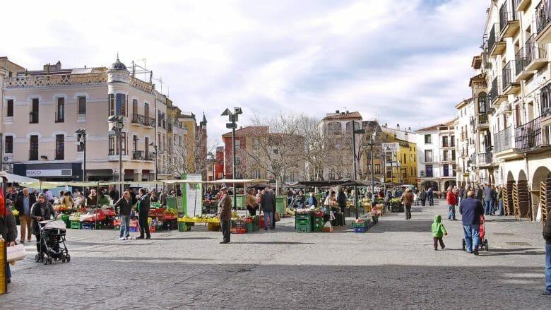 Traditioneller Bauernmarkt auf dem Plaza Mayor und im ganzen Zentrum von Plasencia