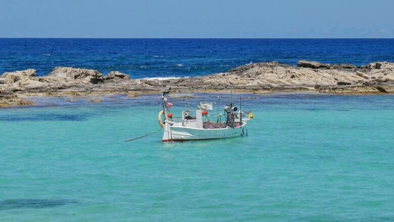 Fischerboot vor dem Strand von Es Pujols auf Formentera