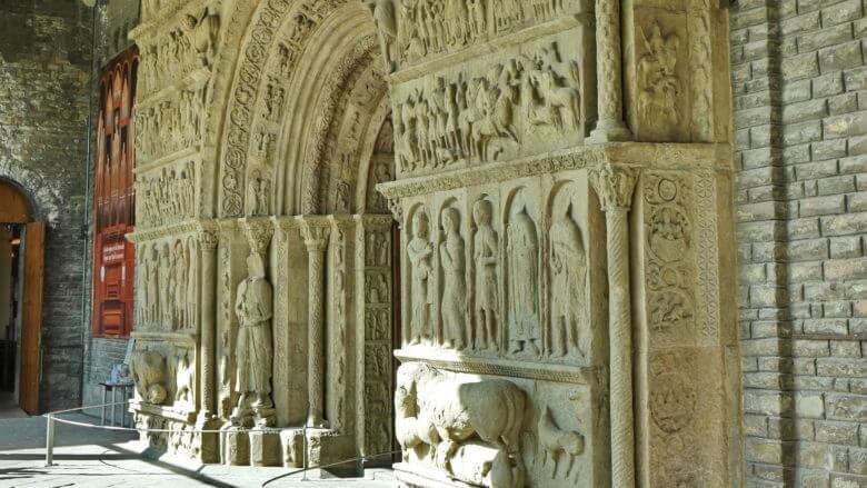 Das romanische Portal des Klosters von Ripoll