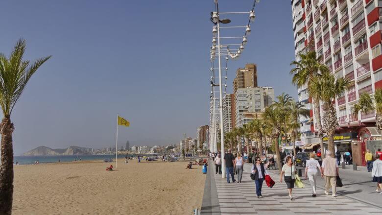 Auf dem Paseo Marítimo de Levante in Benidorm