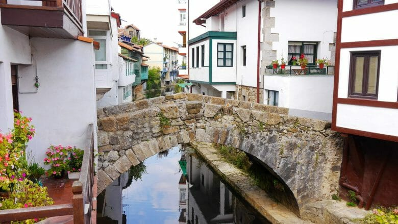Häuser entlang des kleinen Flusses Ea