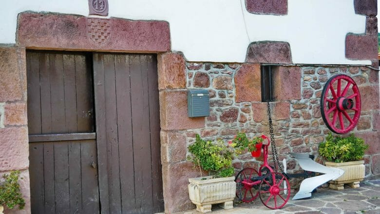 Hauseingang im Dorf Elbete