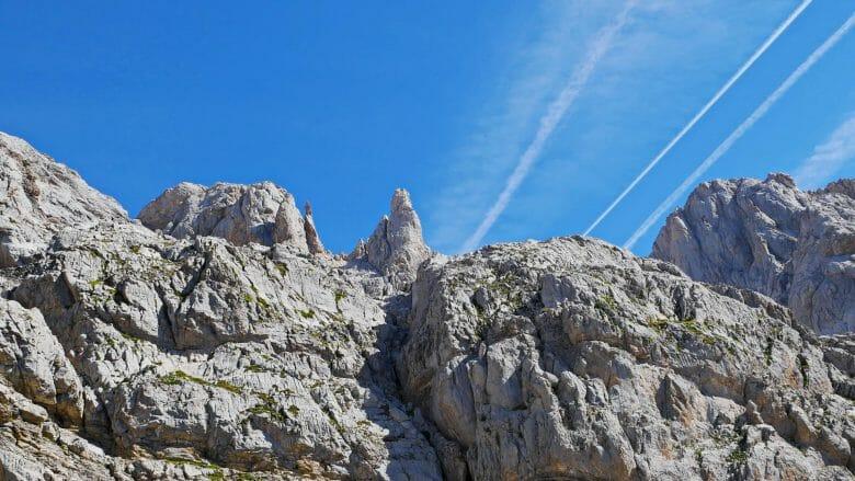 Blauer Himmel über den Gipfeln
