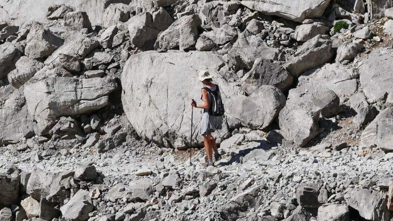 Wanderin auf steinigem Weg
