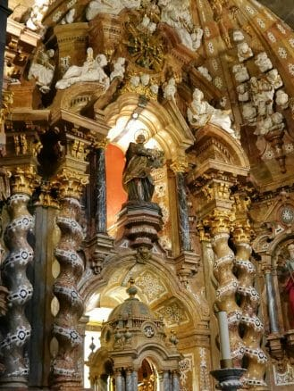 Der Hauptaltar mit einer Statue des Ignatius von Loyola