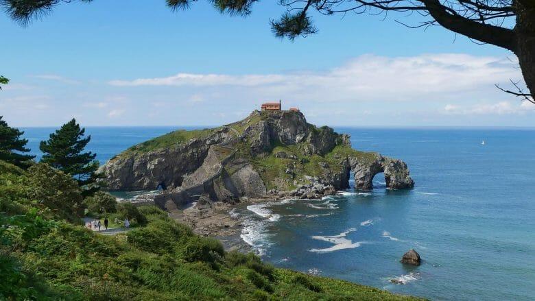 Die Insel Gaztelugatxe vor der Costa Vasca