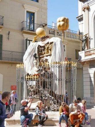 Vor dem Dalí Museum in Figueres