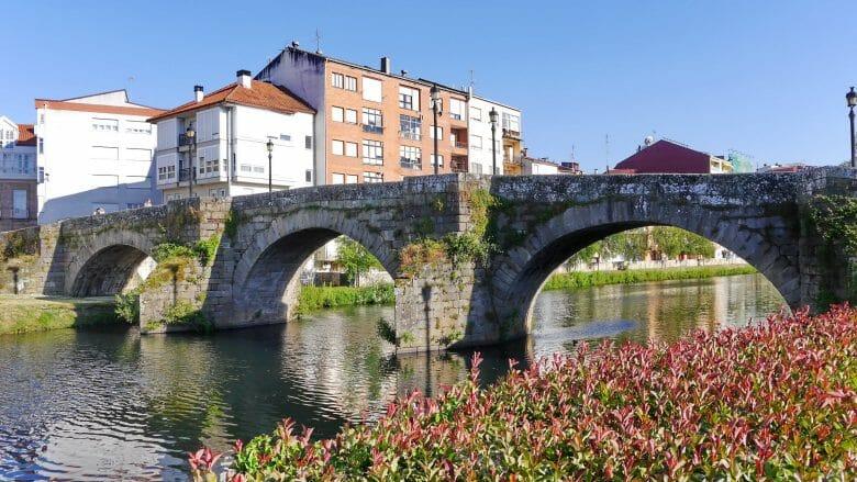 Die alte Brücke (Puente Romano) über den Río Cabe