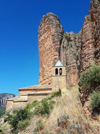 Die Kirche Nuestra Señora del Mallo wird von steilen Felsen überragt