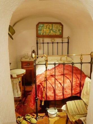 Schlafzimmer in einer Höhlenwohnung