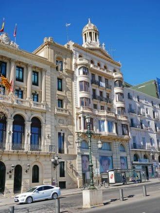 Häuser an der Uferstraße Avinguda de Madrid
