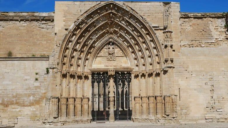 Die Puerta de los Apóstoles führt zum Kreuzgang