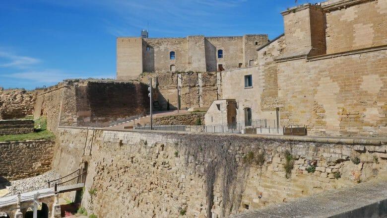 Mächtige Mauern schützen die Festung La Suda
